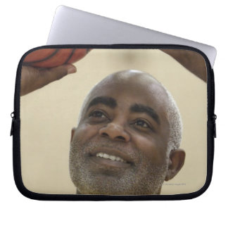 Man som leker basket 4 laptop sleeve