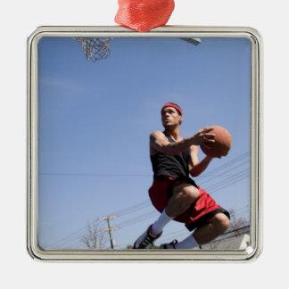 Man som leker basket julgransprydnad metall