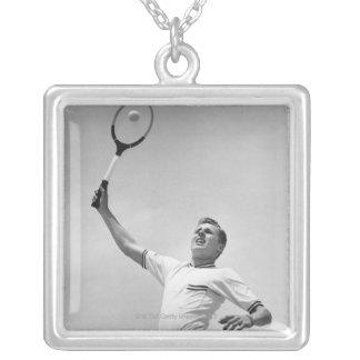 Man som leker tennis silverpläterat halsband