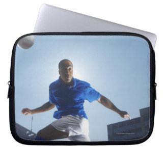 Man som studsar fotbollboll på hans huvud laptop sleeve