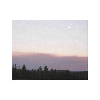 Måne på skymningen över den Yellowstone Canvastryck