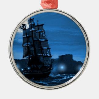 Måne tänd seglingfrakt till och med en Spyglass Julgransprydnad Metall