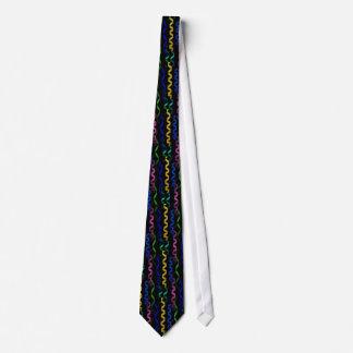 Mång--färgade partybanderoller på svart slips