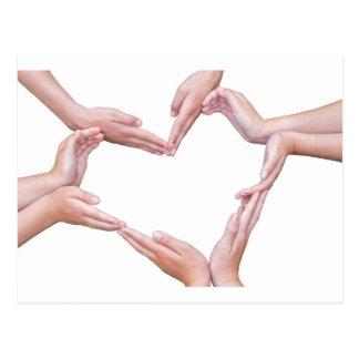 Många ärmar av flickatankeskapelsehjärta på vit vykort