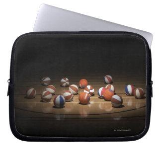 Många basket som vilar på golv laptop sleeve
