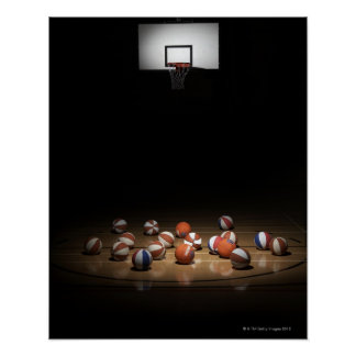 Många basket som vilar på golv poster