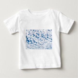 Många lite vitmoln och blå himmel t shirt