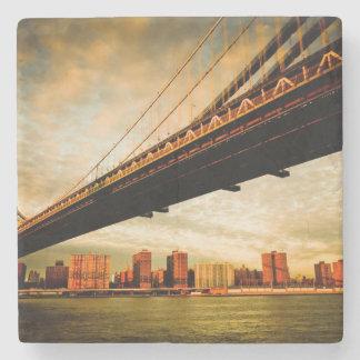 Manhattan överbryggar beskådar från den Brooklyn Stenunderlägg