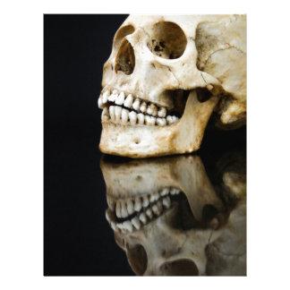 Människaskallen med spegeln avbildar isolerat på brevhuvud