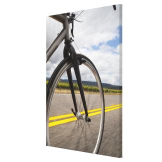Manväg som cyklar på snabb POV Canvastryck