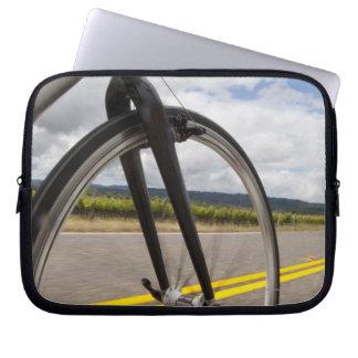 Manväg som cyklar på snabb POV Laptop Sleeve