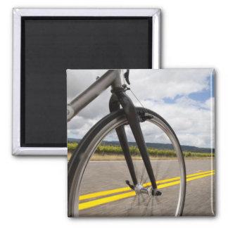 Manväg som cyklar på snabb POV Magnet