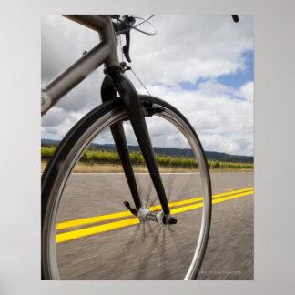 Manväg som cyklar på snabb POV Poster