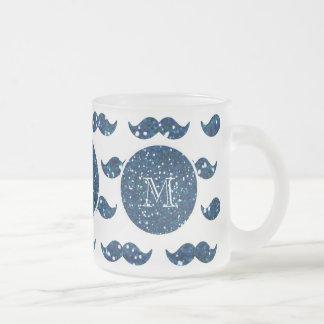 Marinblått glittermustaschmönster din Monogram Frostad Glas Mugg