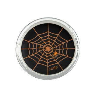 Märka med sina initialer spindeln på den orange ringar med foto