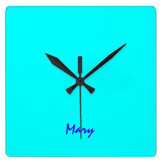 Mary tar tid på den fulla färgväggen för fyrkantig klocka