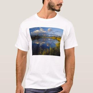 Maskinonge sjö i Waterton sjöarnationalpark Tee Shirts