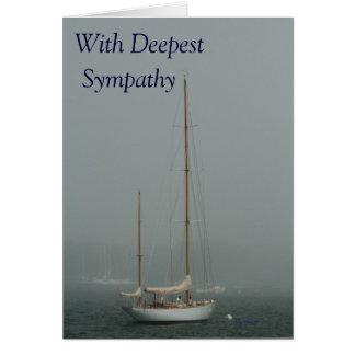 Med djupast sympati segelbåt i fog.en hälsningskort
