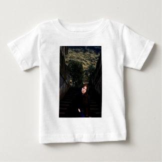 Medeltida flicka på trappor tee shirts