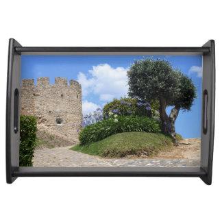 Medeltida slott och ett olivgrönt träd serveringsbricka