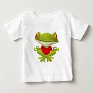 Meditera grodan i röd skjorta med korsat ben tee shirt