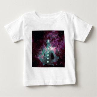Meditera med de aktiverade chakrasna tee shirt