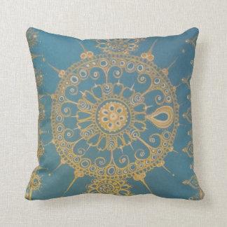 Mehndi inspirerade design (blått och guld) kudde
