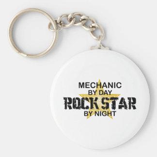 Mekanikerrockstjärna vid natt rund nyckelring