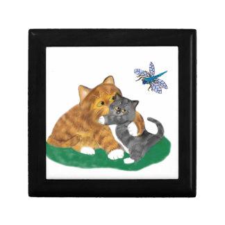 Meowmommy gråter kattungen på att se en slända minnesask