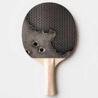 Metall med kulan spela golfboll i hål bakgrund pingisracket