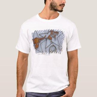 Metallkonstsouvenir på den utomhus- väggen t shirt