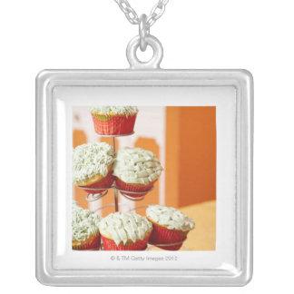 Metallträd som visar frostad muffins silverpläterat halsband
