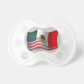 Mexikan-Amerikan som vinkar flagga Napp