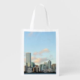Miami skyscraper mot sned bollfrikändhimmel återanvändbar påse
