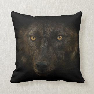 Midnattsblick - svart djurliv för vargvilddjur kudde