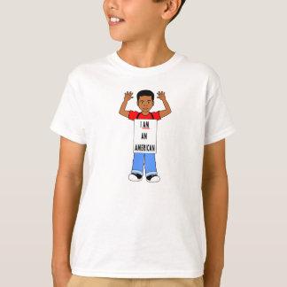 MIG FÖRMIDDAG en AMERIKANpojke med händer upp T Shirts