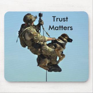 Militär man och hans hund musmatta