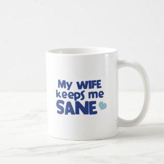 Min fru håller mig förnuftig kaffemugg