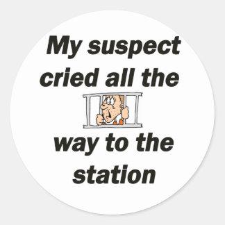 Min grät misstänkt person runt klistermärke