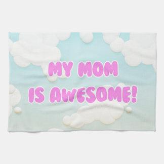 Min mamma är enorm i blått, och vit fördunklar kökshandduk