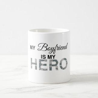 Min pojkvän är min hjälteDigital kamouflage Vit Mugg