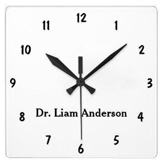 Minimalisten skrivar personifierade monogramen fyrkantig klocka