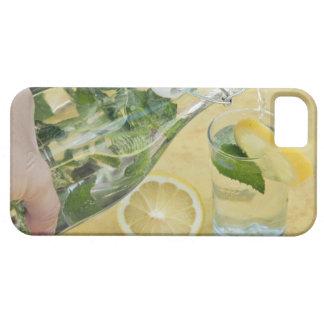 (Mint-fyllt) hällande vatten för person in i ett Barely There iPhone 5 Fodral