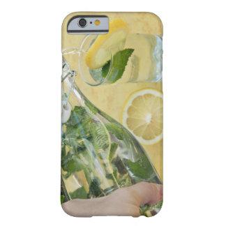 (Mint-fyllt) hällande vatten för person in i ett Barely There iPhone 6 Fodral