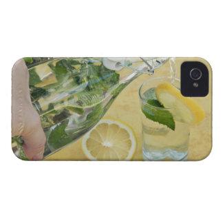 (Mint-fyllt) hällande vatten för person in i ett iPhone 4 Case