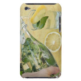 (Mint-fyllt) hällande vatten för person in i ett iPod Case-Mate Fodraler