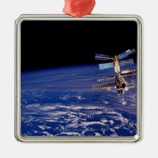 Mir-utrymmestation som flyter ovanför jorden julgransprydnad metall