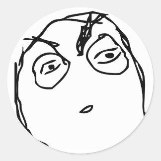 Misstänksamt ursinneansikte runt klistermärke