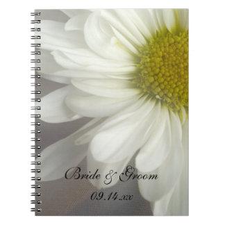 Mjuk vitdaisy på grått bröllop anteckningsbok med spiral