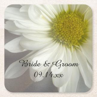 Mjuk vitdaisy på grått bröllop underlägg papper kvadrat